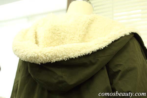 フェリシモの リブ イン コンフォート すっきりオトナ顔のモッズ風ダウンコート〈カーキ〉